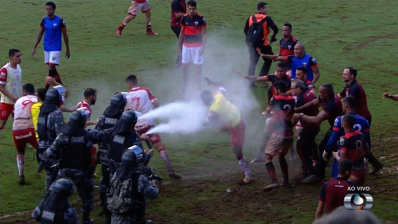 Polis futbolçulara qarşı gözyaşardıcı qazdan istifadə etdi -