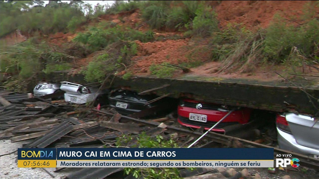 Muro de condomínio cai em cima de carros