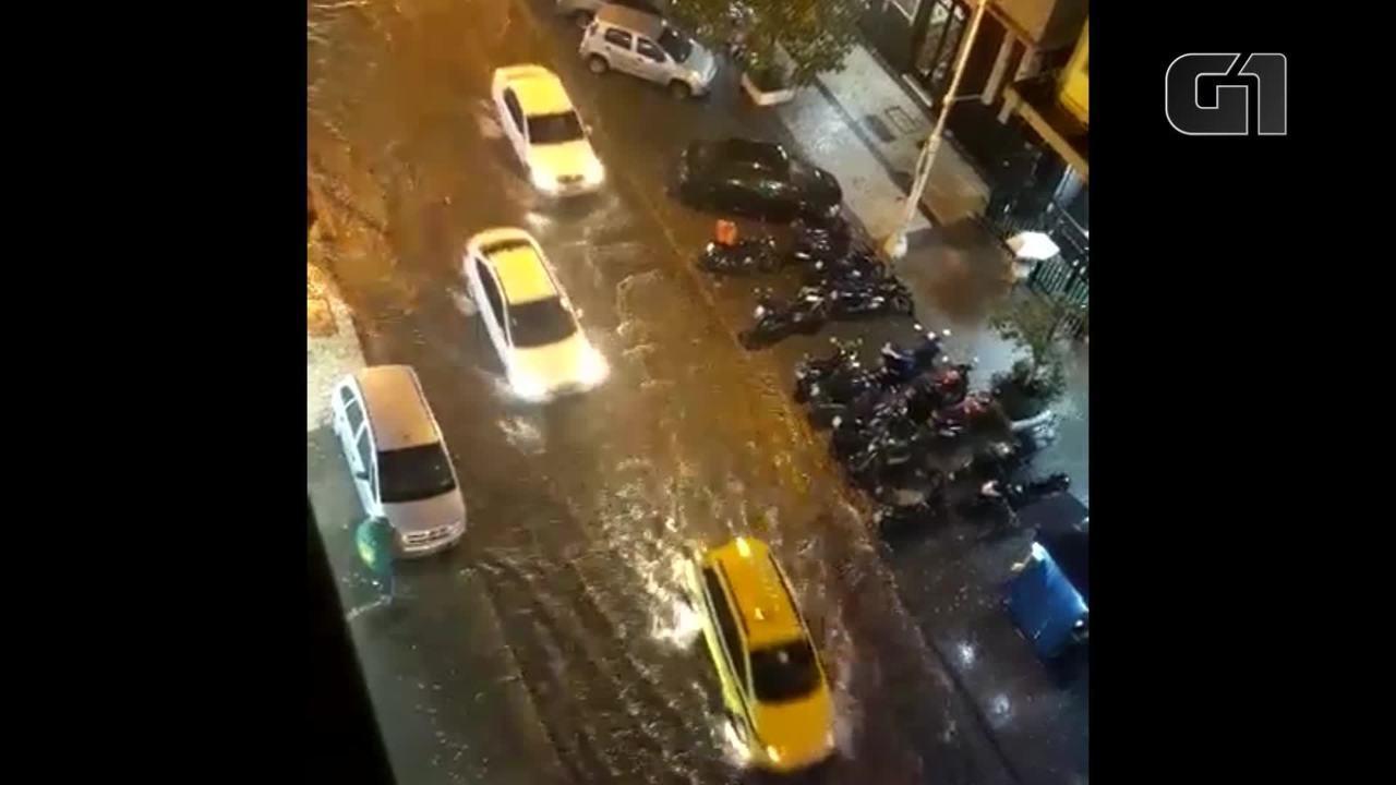 Chuva alaga ruas em Copacabana