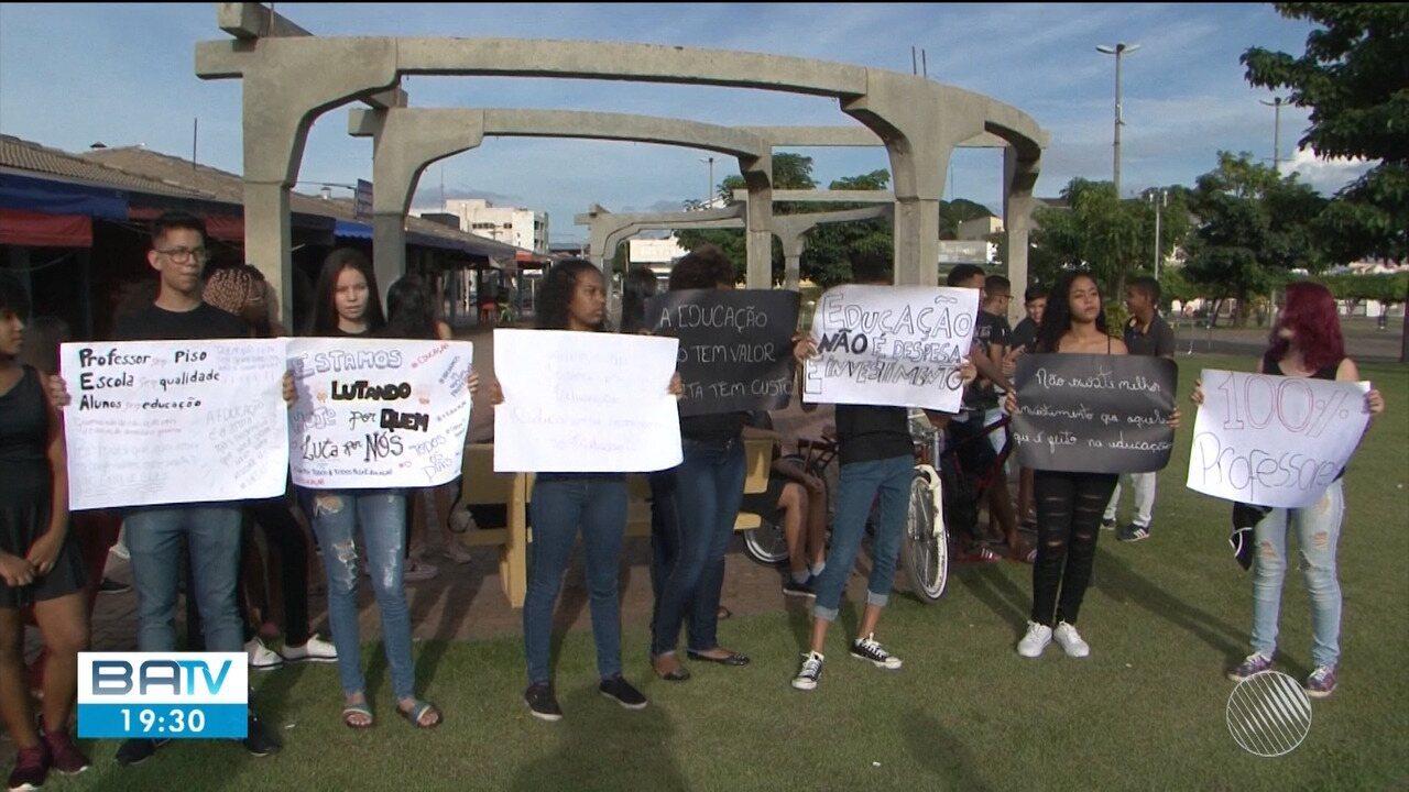 Professores da rede municipal de LEM entram em greve e estudantes protestam