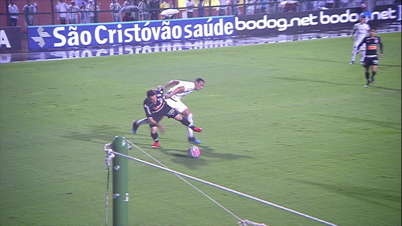 Ramiro cai na área, árbitro aguarda por decisão do VAR e manda jogo seguir aos 21 do 2º tempo