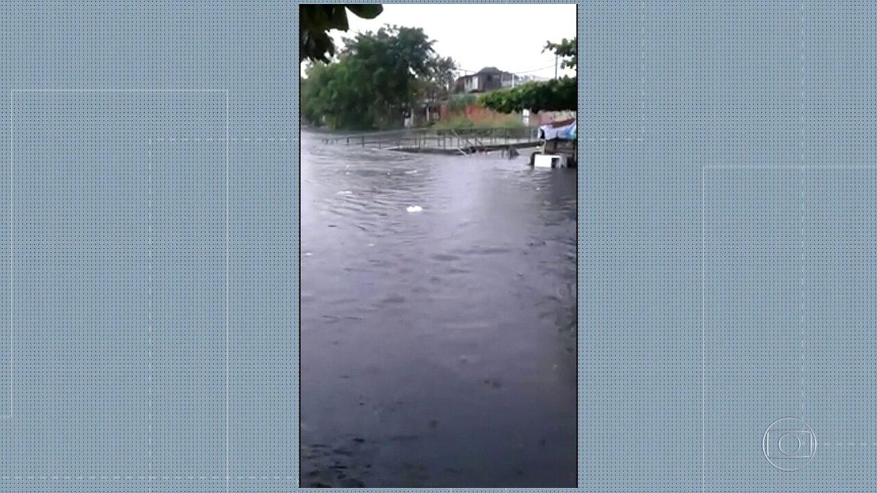 Rio se confunde com rua em Manguinhos