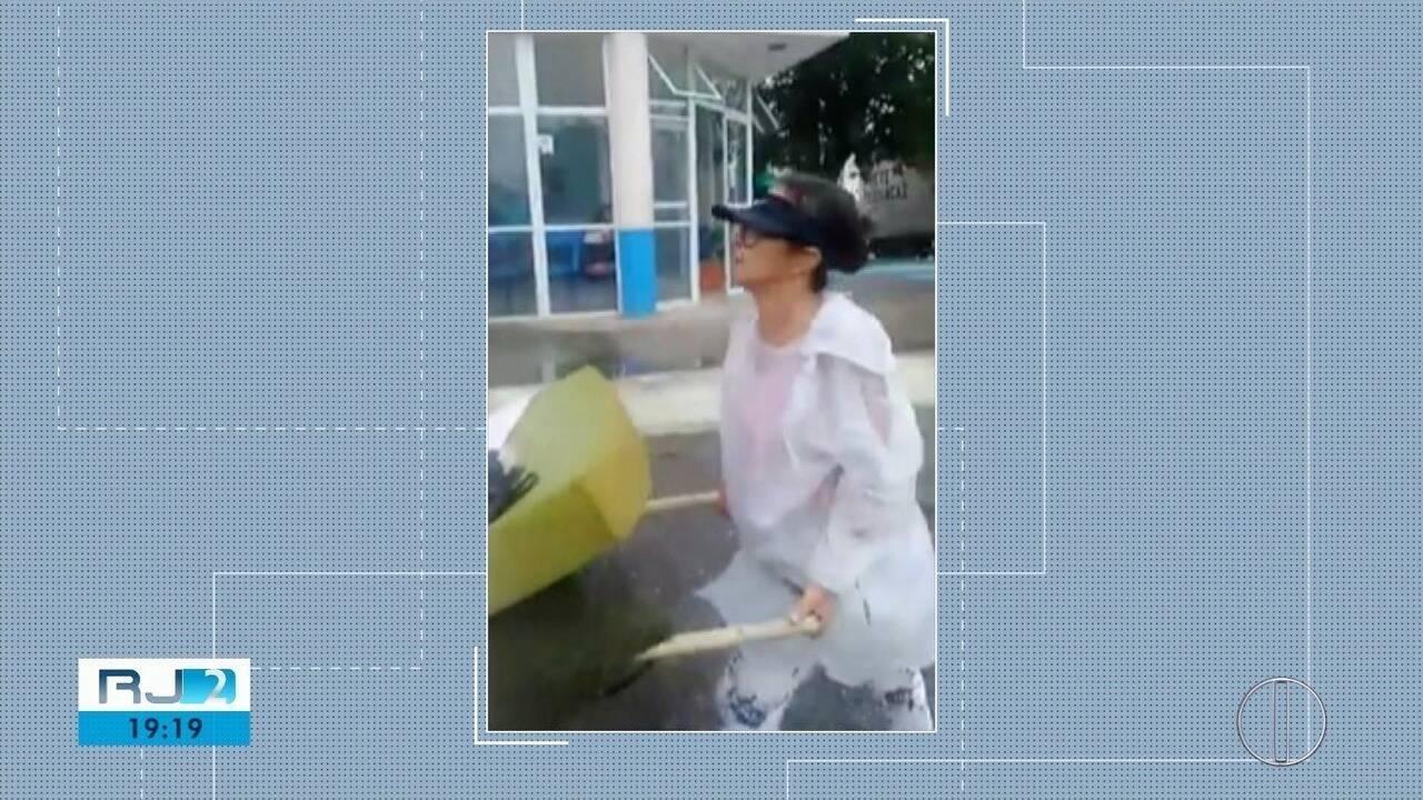 Mulher leva marido com tumor no cérebro ao hospital em carrinho de mão, em Cabo Frio