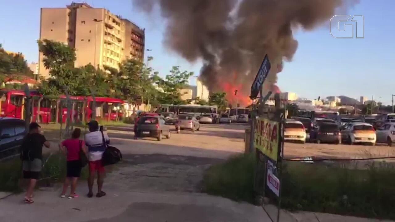 Incêndio atinge área no Centro de Niterói