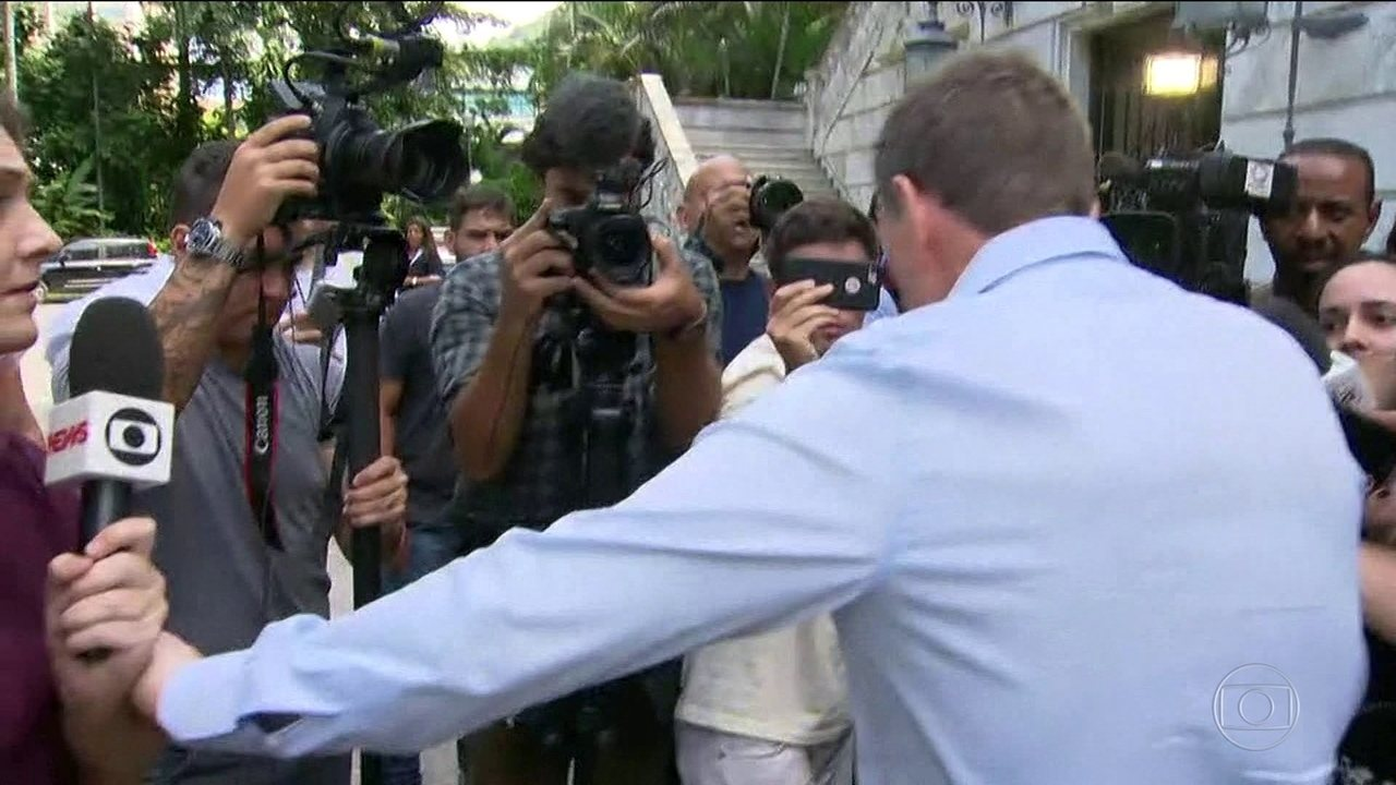 Crivella se irrita com repórter da Globo e diz que TV faz drama com coisas corriqueiras