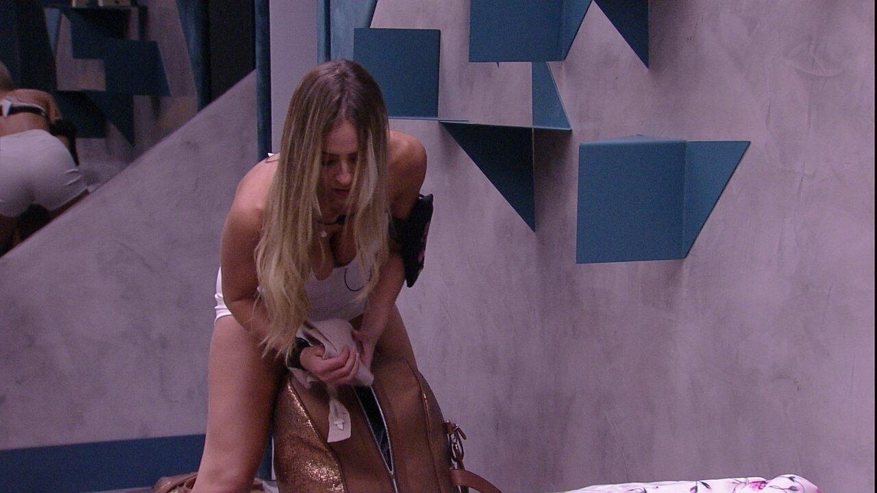 Paula se esforça para fechar a mala