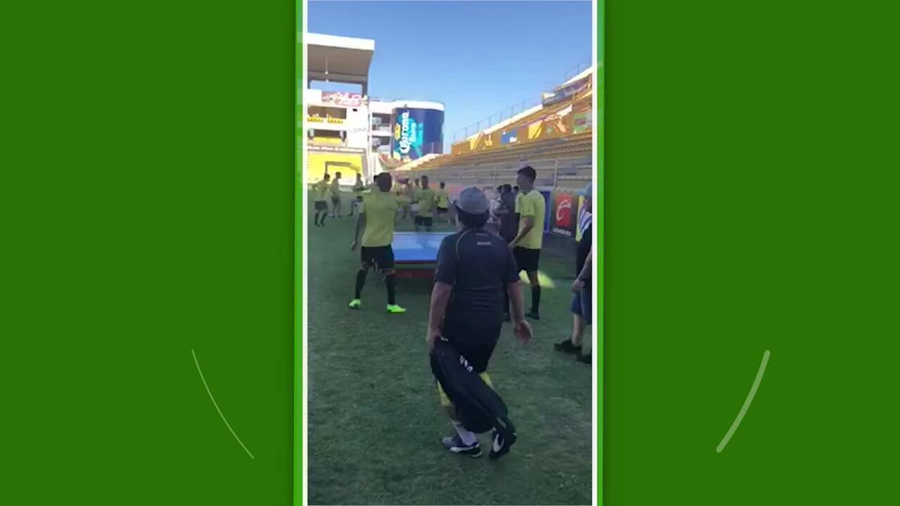 Maradona acompanha seus jogadores jogando Futmesa