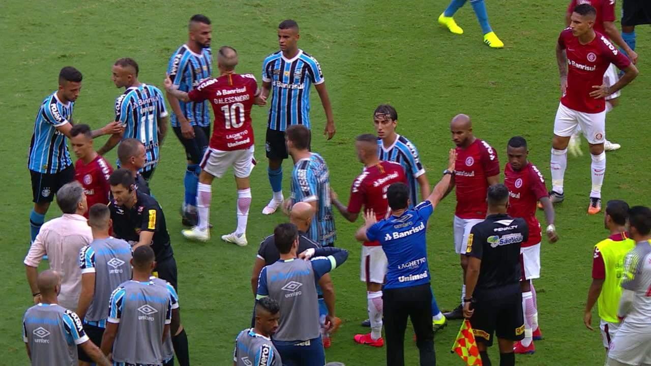 Victor Cuesta se desentende com Renato Portaluppi e gera confusão no jogo, aos 46 do 1'T