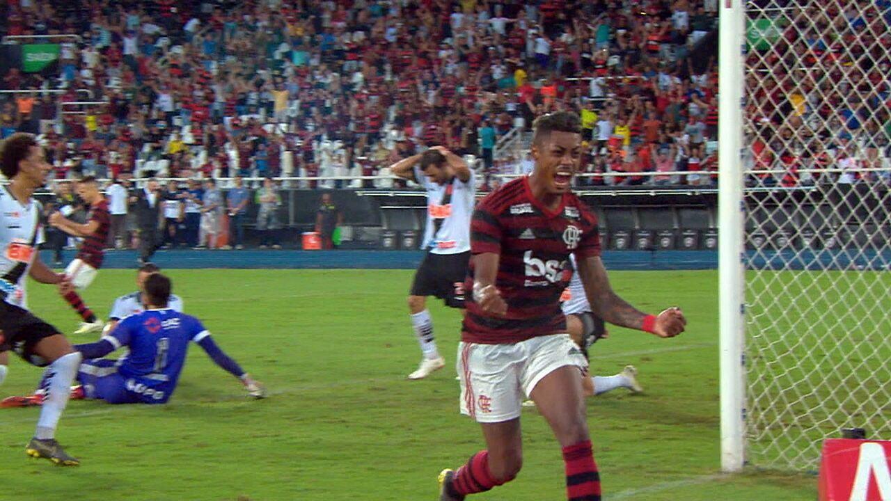 Gol do Flamengo! Arrascaeta rouba a bola de Cáceres, cruza, e Bruno Henrique amplia no rebote de Fernando Miguel aos 32 do 2º tempo