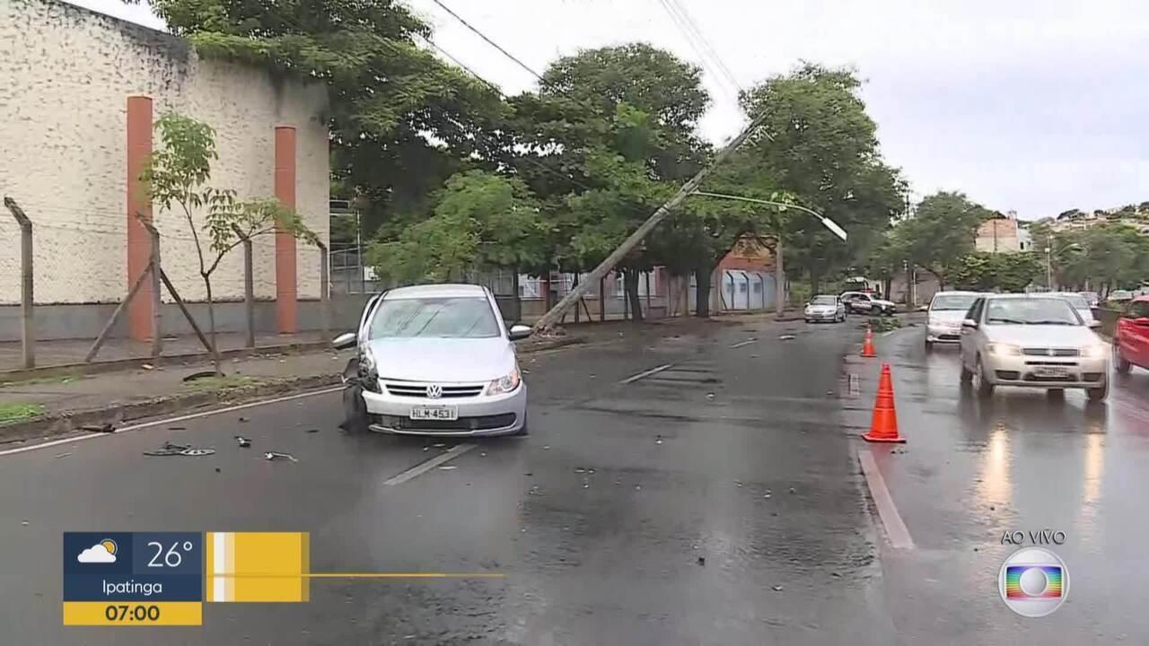 Carro bate em poste na Avenida Tereza Cristina, em Belo Horizonte