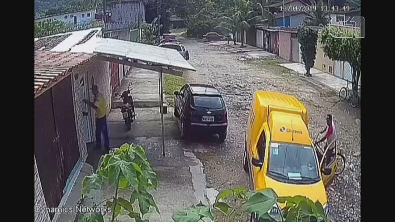 Bandidos 'atrapalhados' invadem carro dos Correios e furtam mercadorias