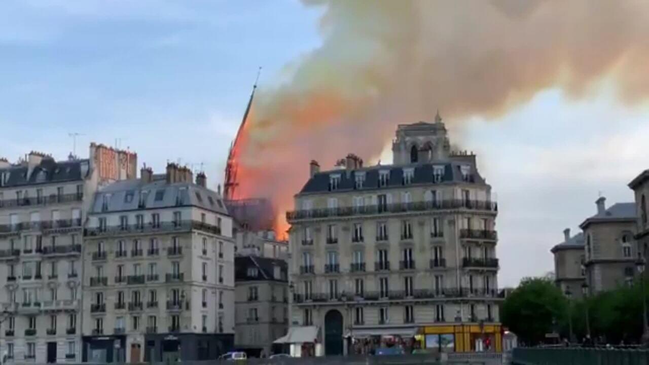 Veja imagem de uma das torres da Catedral de Notre-Dame desabando