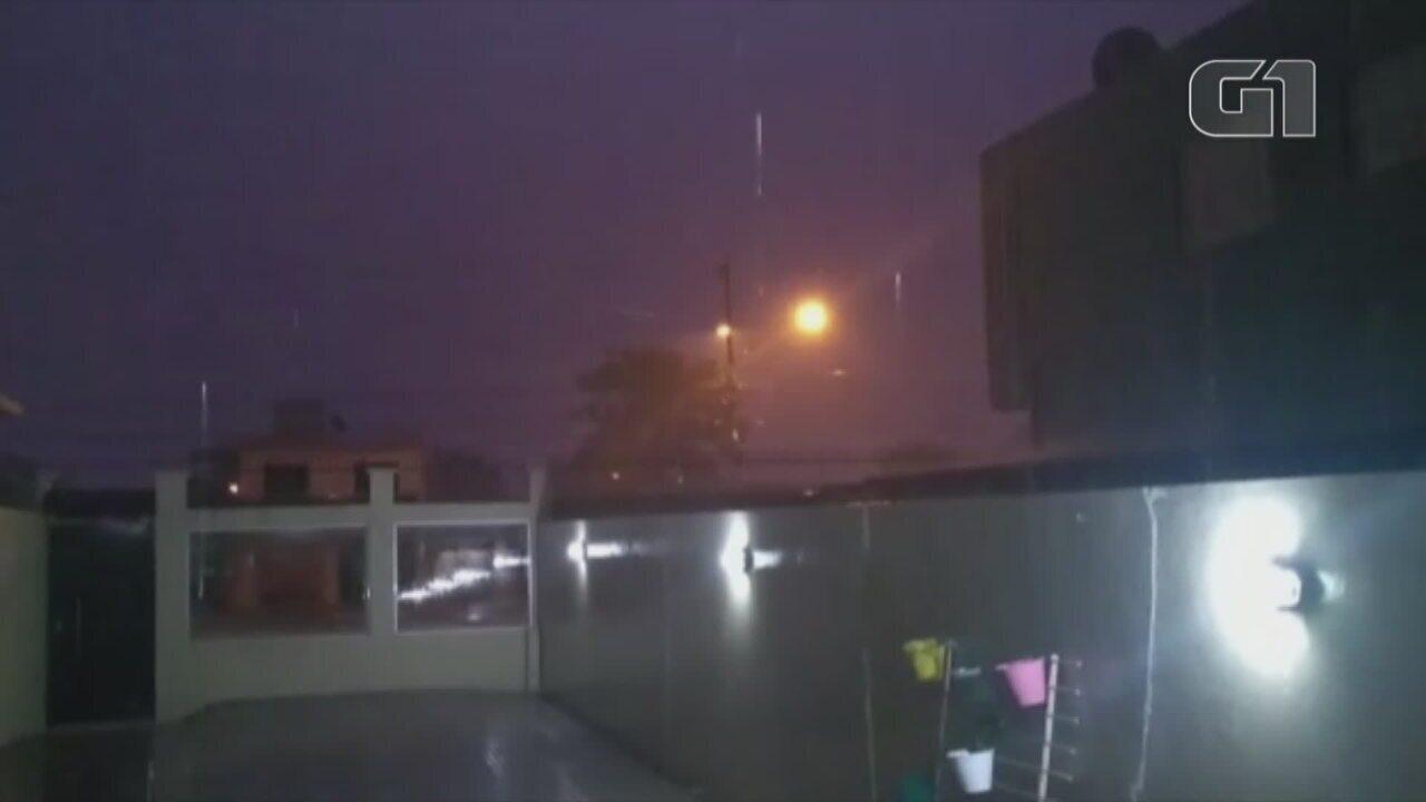 Moradora registra chuva em Alegrete,  Fronteira do RS, no início da noite de segunda-feira