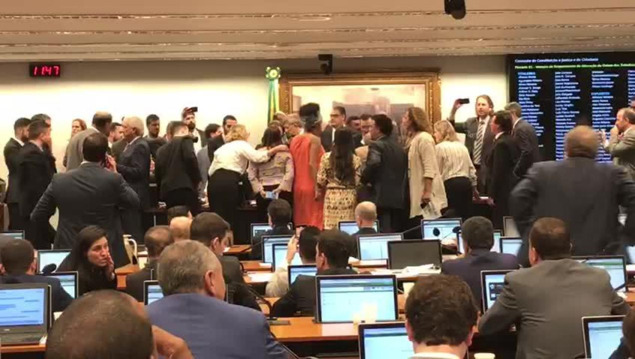 Confusão entre deputados marca começo dos debates na CCJ da Câmara