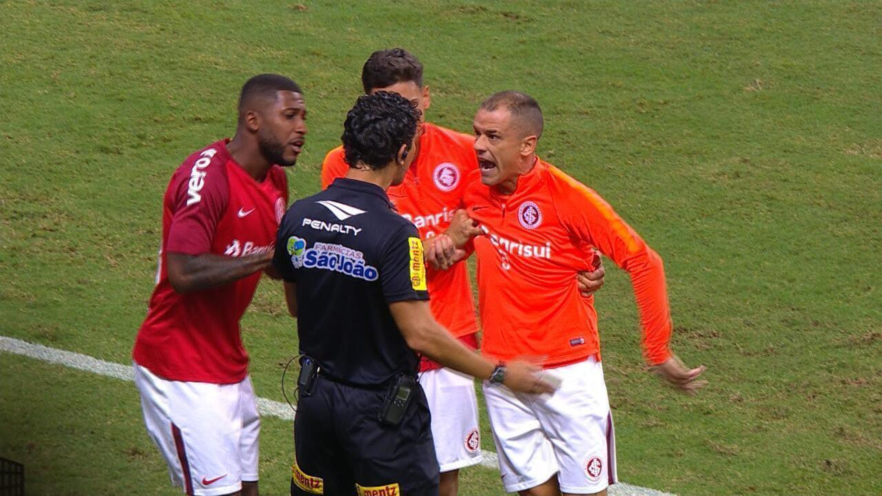 D'Alessandro vai pra cima do quarto árbitro e é expulso, aos 26 do 2'T
