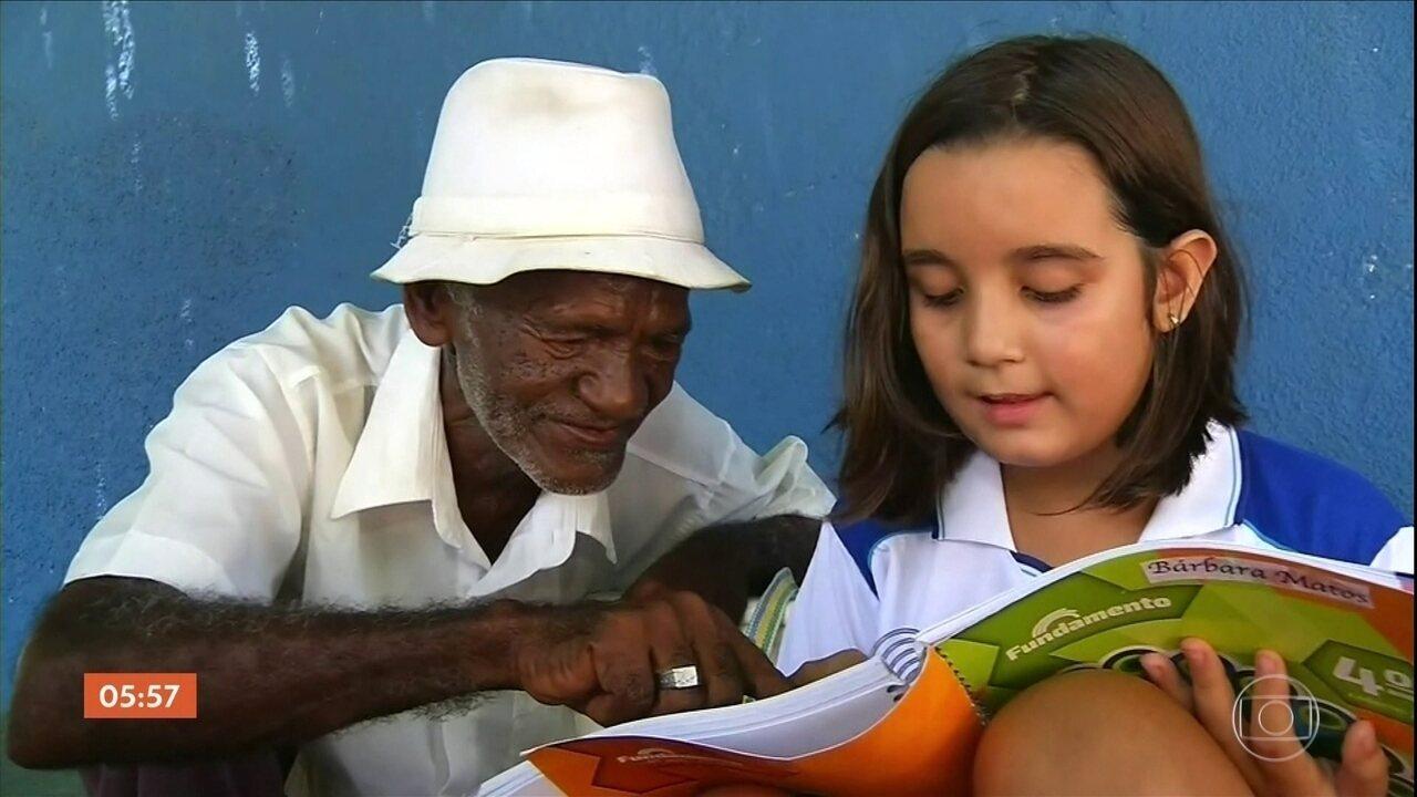 Menina de nove anos ensina idoso de 70 anos a ler e a escrever no Ceará