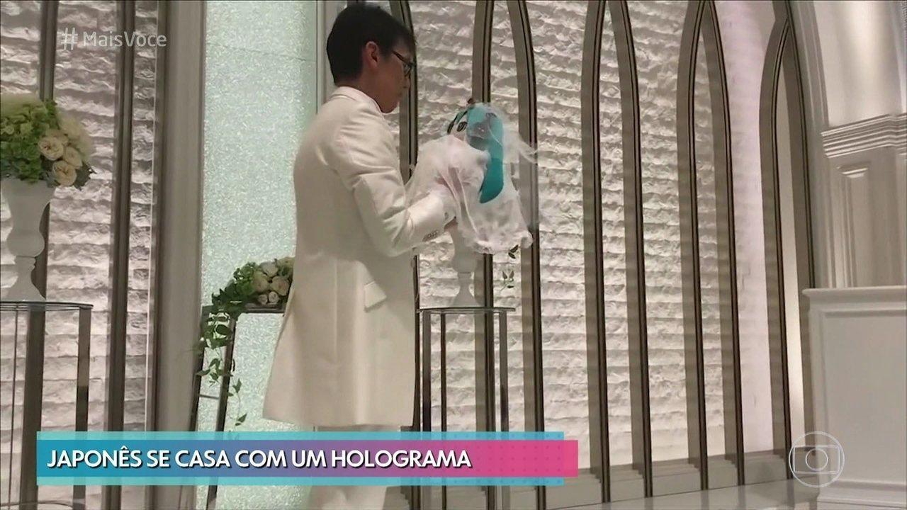 Japonês se casa com cantora holográfica