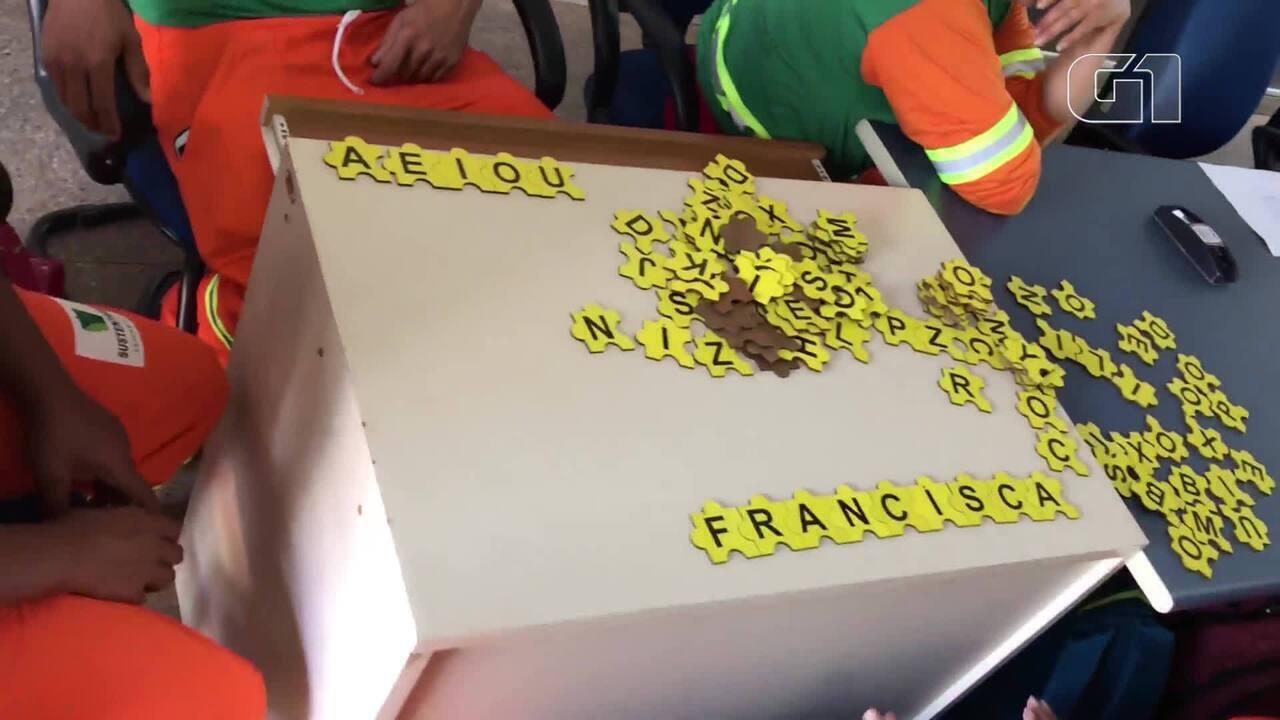 Projeto de alfabetização leva garis para sala de aula no DF