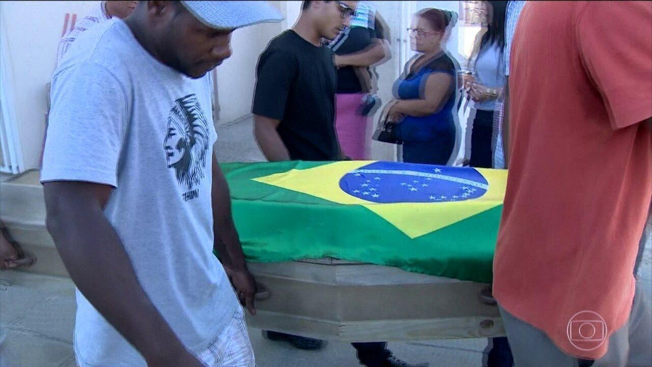 Jovem que foi morto por PMs enquanto praticava tiro ao alvo é enterrado em Florianópolis