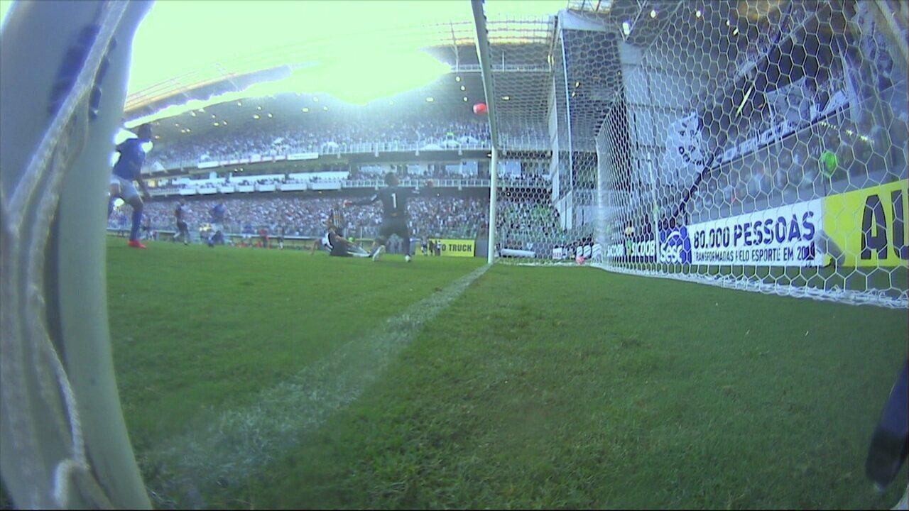 Igor Rabello desvia bola que bate na trave e quase faz gol contra aos 11 do 1º tempo