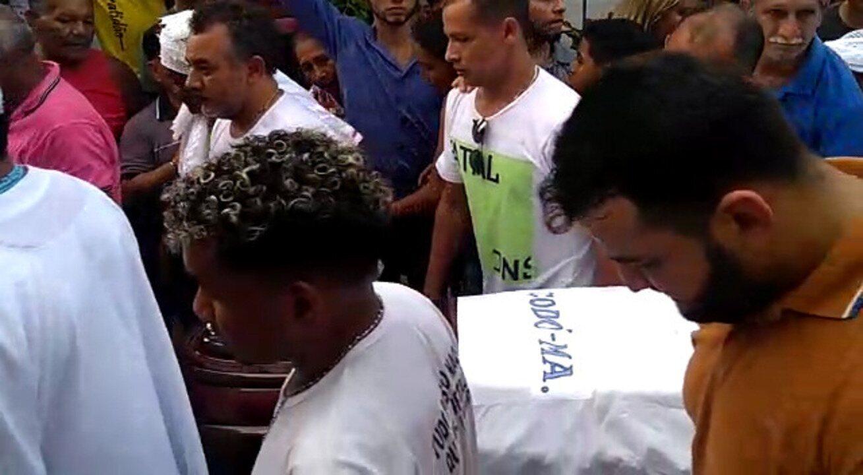 Corpo de Bita do Barão é levado para sepultamento em Codó