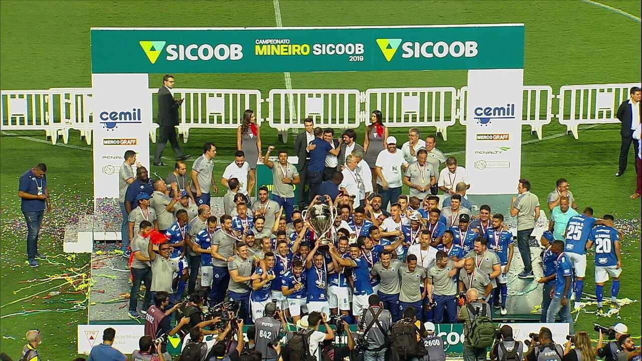 Cruzeiro ergue a taça de campeão mineiro