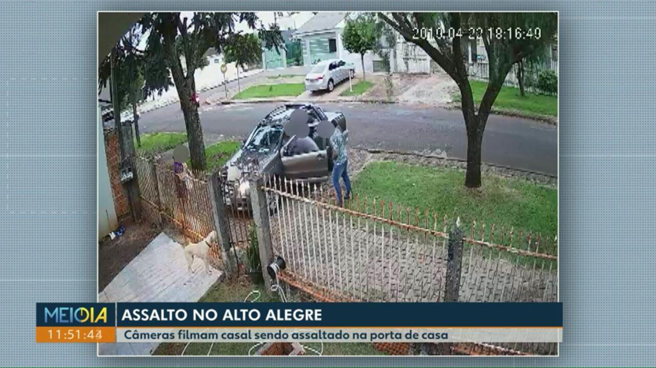 Assaltantes levam carro de casal que chegava em casa em Cascavel