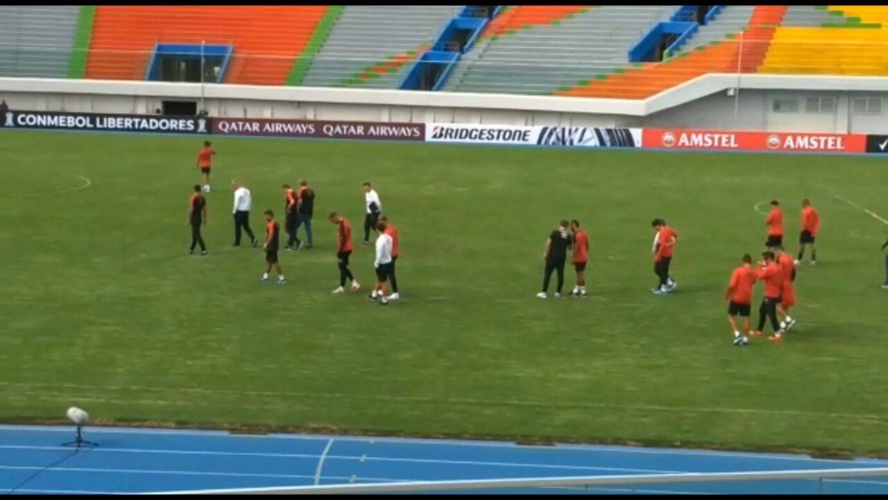 Athletico faz o reconhecimento no estádio Felix Capriles, em Cochabamba