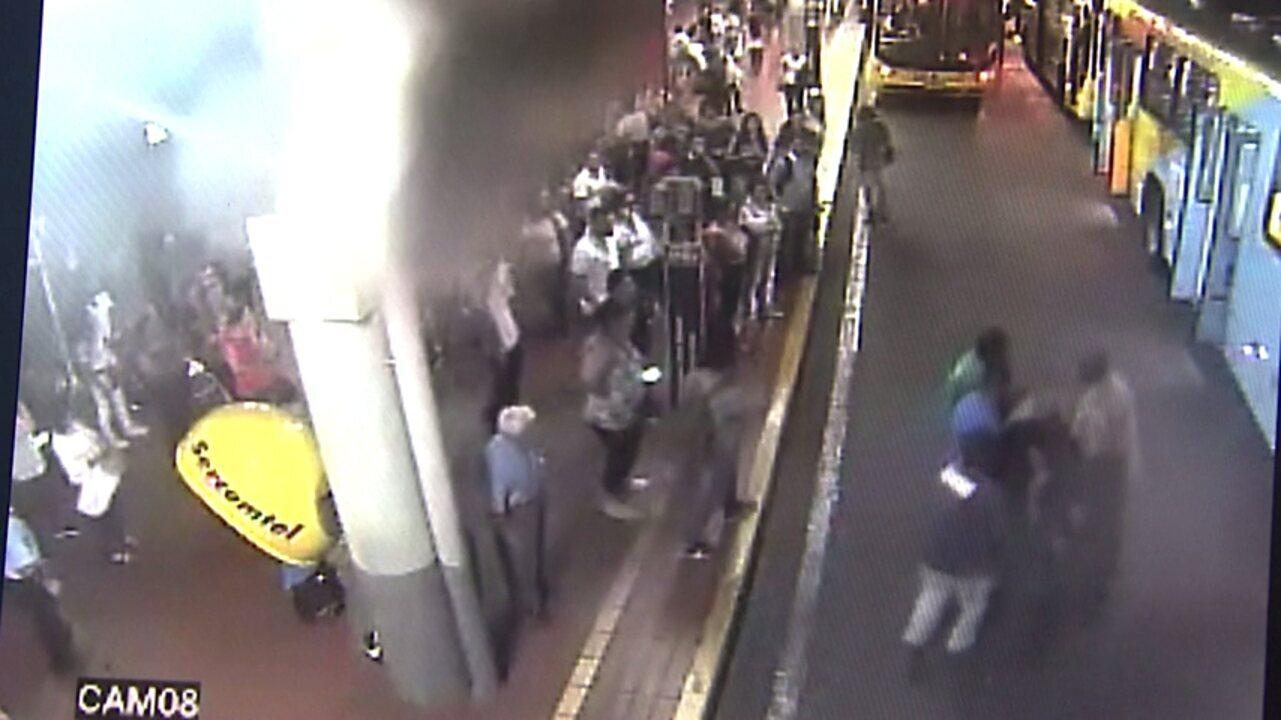 Ônibus do transporte público é utilizado como ambulância para levar homem ao hospital
