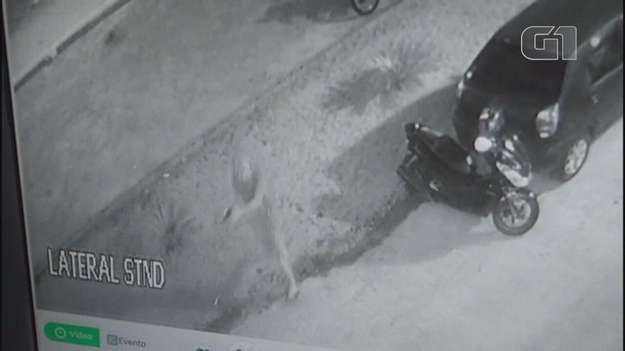 Vídeo mostra criminoso atirando em PM pelas costas no litoral de SP
