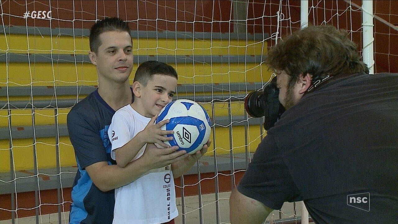 No Dia do Goleiro, jovem de SC conhece ídolo do futsal