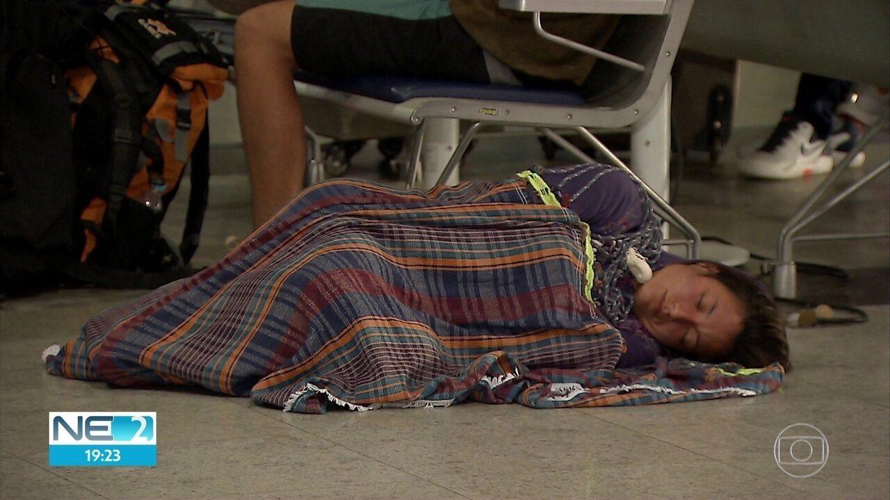 Clientes da Avianca dormem no Aeroporto do Recife após cancelamento de voos