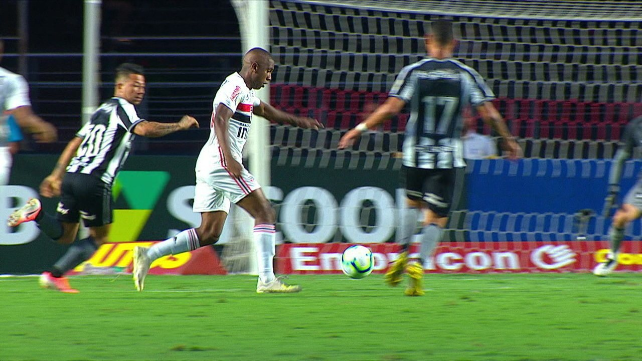 Toró leaves quickly and almost makes a beautiful goal in 31 of the first time