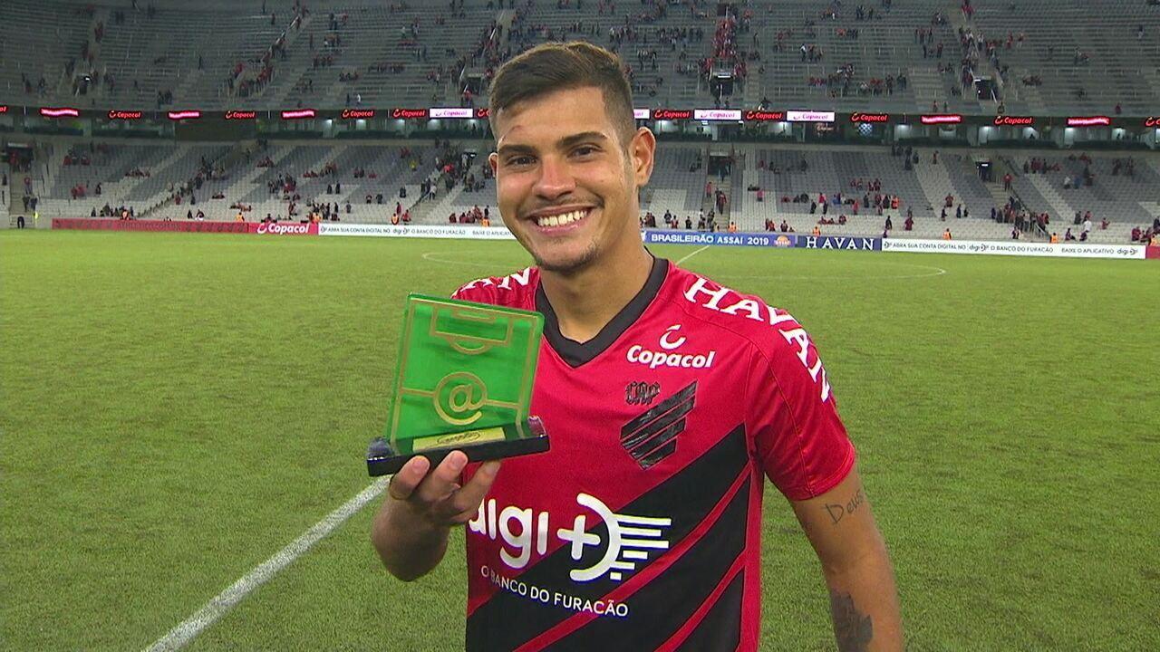 Bruno Guimarães recebe prêmio de craque do jogo contra o Vasco