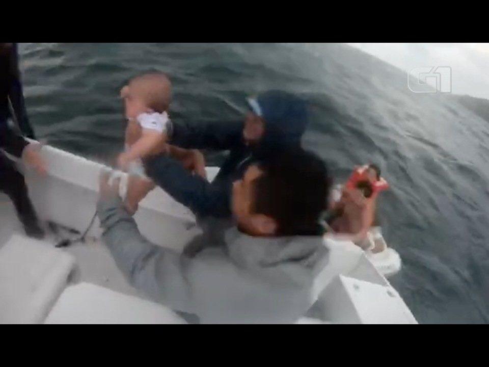 Vídeo mostra resgate de família com bebê de 9 meses em bote a deriva em Ilhabela