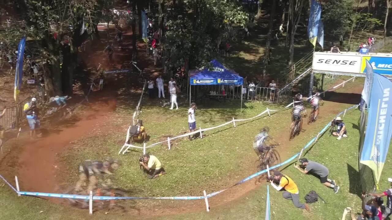 Ciclista perde controle e atropela fotógrafa e cinegrafista em prova em Araxá
