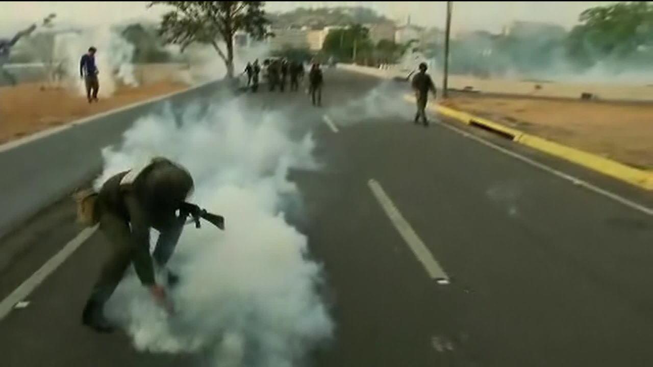 Em vídeo, Juan Guaidó confirma apoio de militares e incita população a ir às ruas