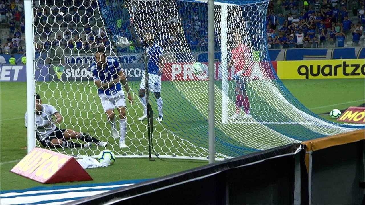 O árbitro marcou o impedimento no gol de Chico, que empurrou para as redes após cruzamento de Bueno, aos 45' do 1ºT
