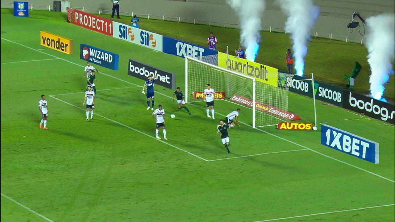 Goiás marca com Barcia, bandeira dá impedimento, VAR é acionado e confirma o gol, aos 47' do 1ºT