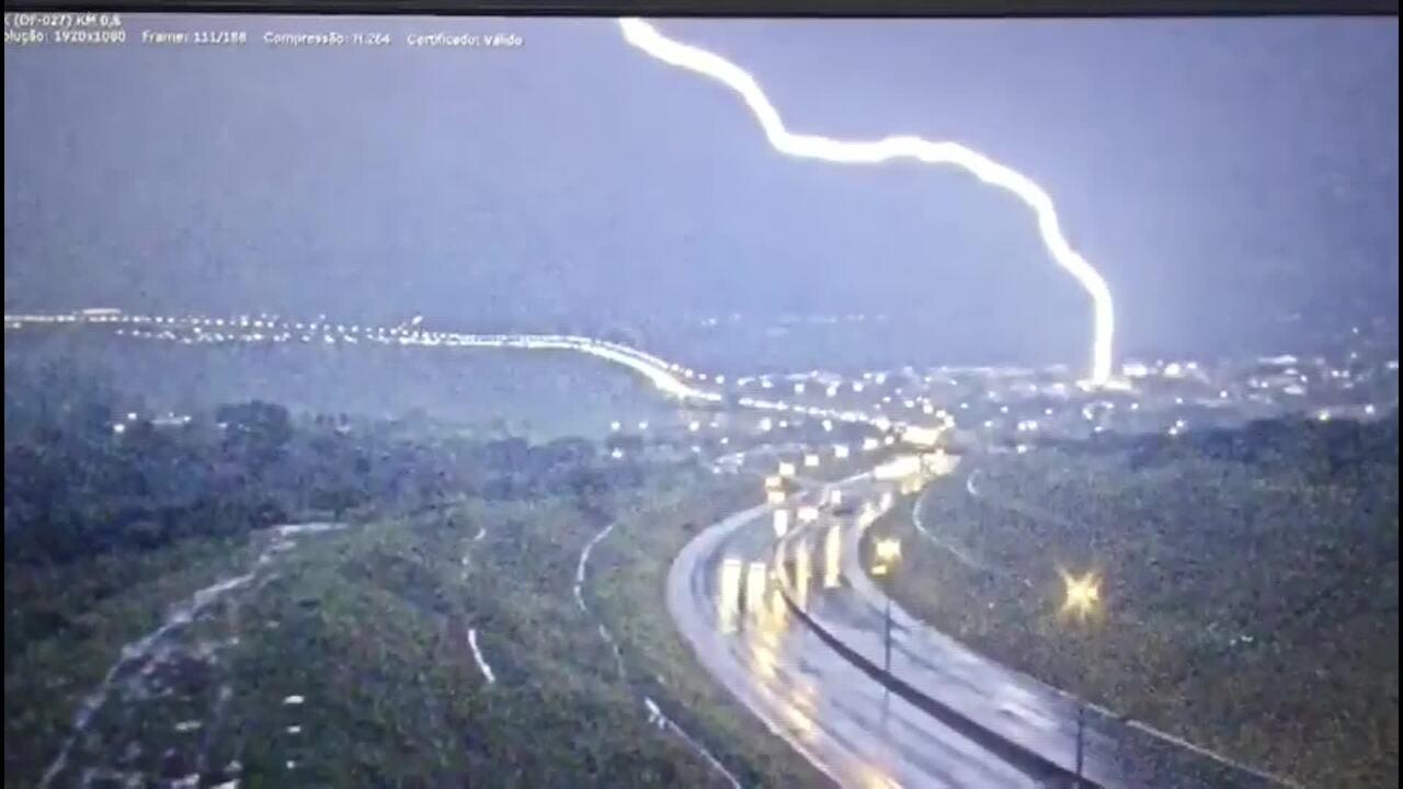 Câmeras do DER registram raio no ceú de Brasília durante tempestade