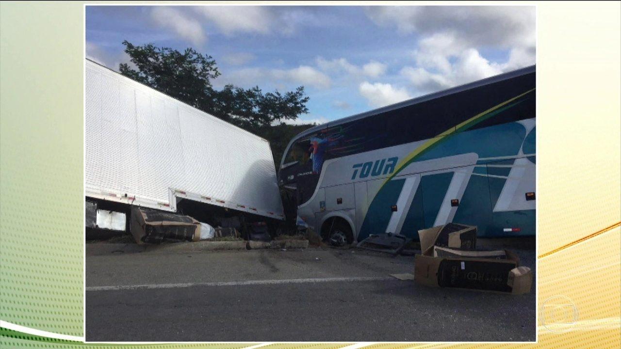 Acidente com ônibus que transportava equipe juvenil do Bahia tem 2 mortos e 22 feridos