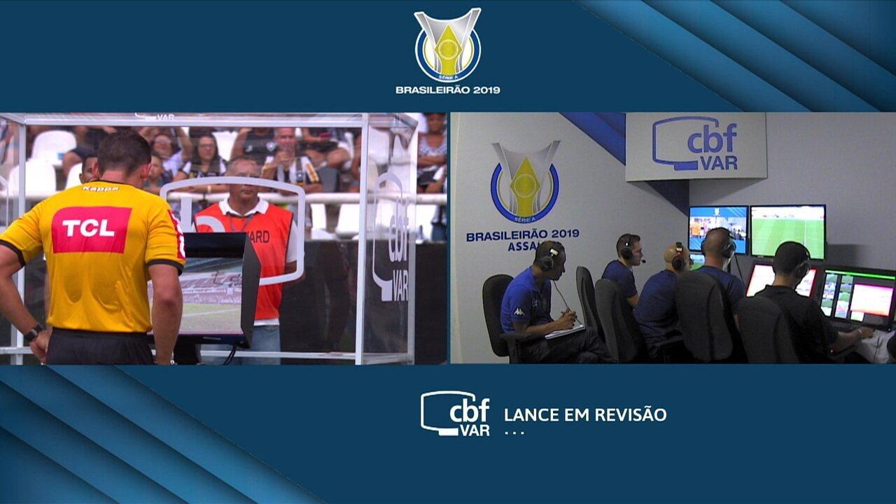 Tem VAR! Após disputa de bola em ataque do Fortaleza, árbitro consulta vídeo, aos 39' do 1º tempo