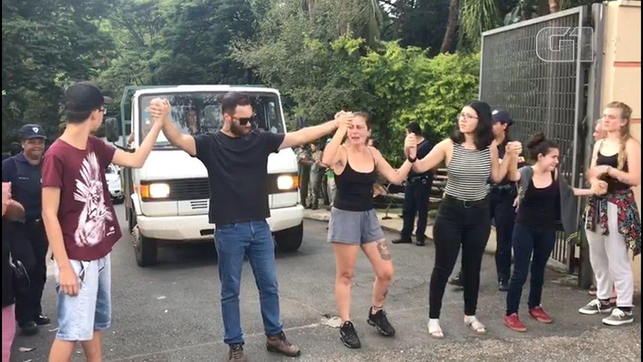 Grupo protesta contra transferência de chimpanzé de zoológico para santuário