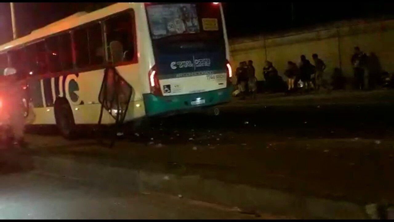Ônibus bate em poste na Avenida Brasil