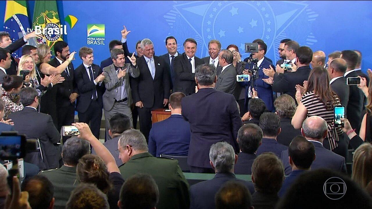 Bom Dia Brasil: Decreto foi assinado ontem em cerimônia no Palácio do Planalto, mas sem detalhamento de todos os profissionais que podem ter porte e liberação de armas de uso restrito