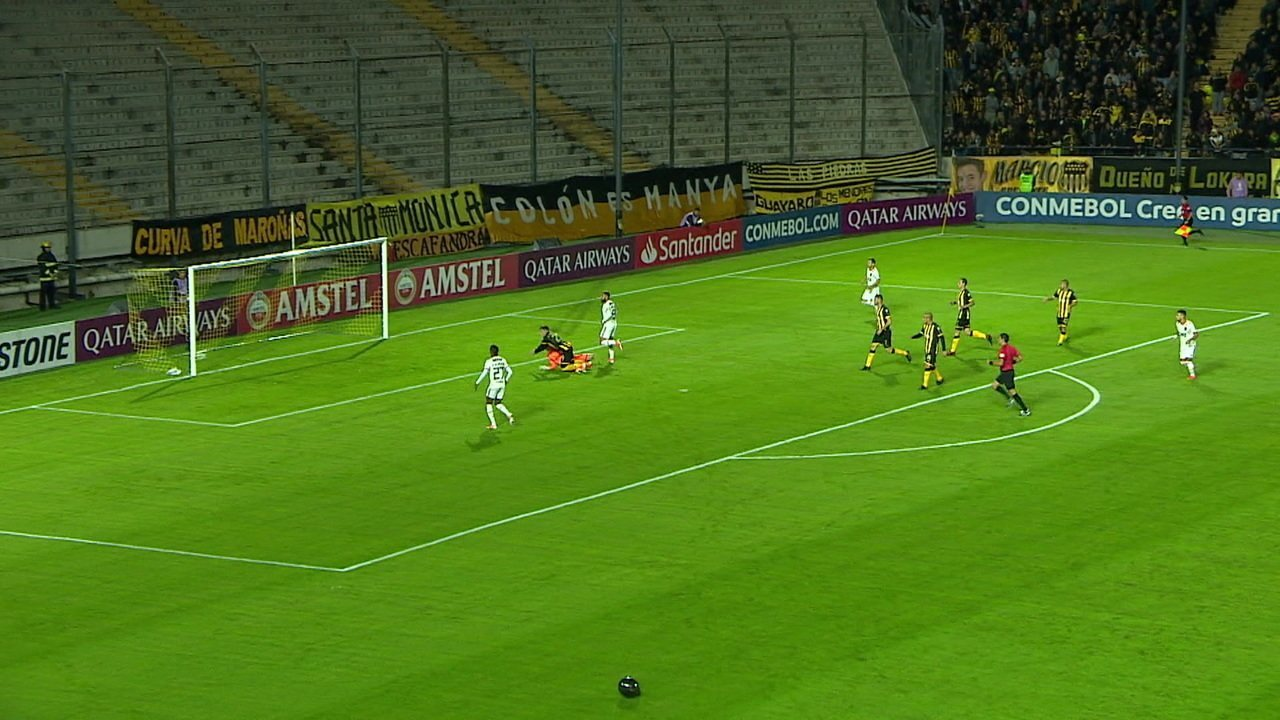 Em contra-ataque, Gabigol fica na cara do gol, mas manda para fora e perde uma chance incrível, em 01' do 1º tempo