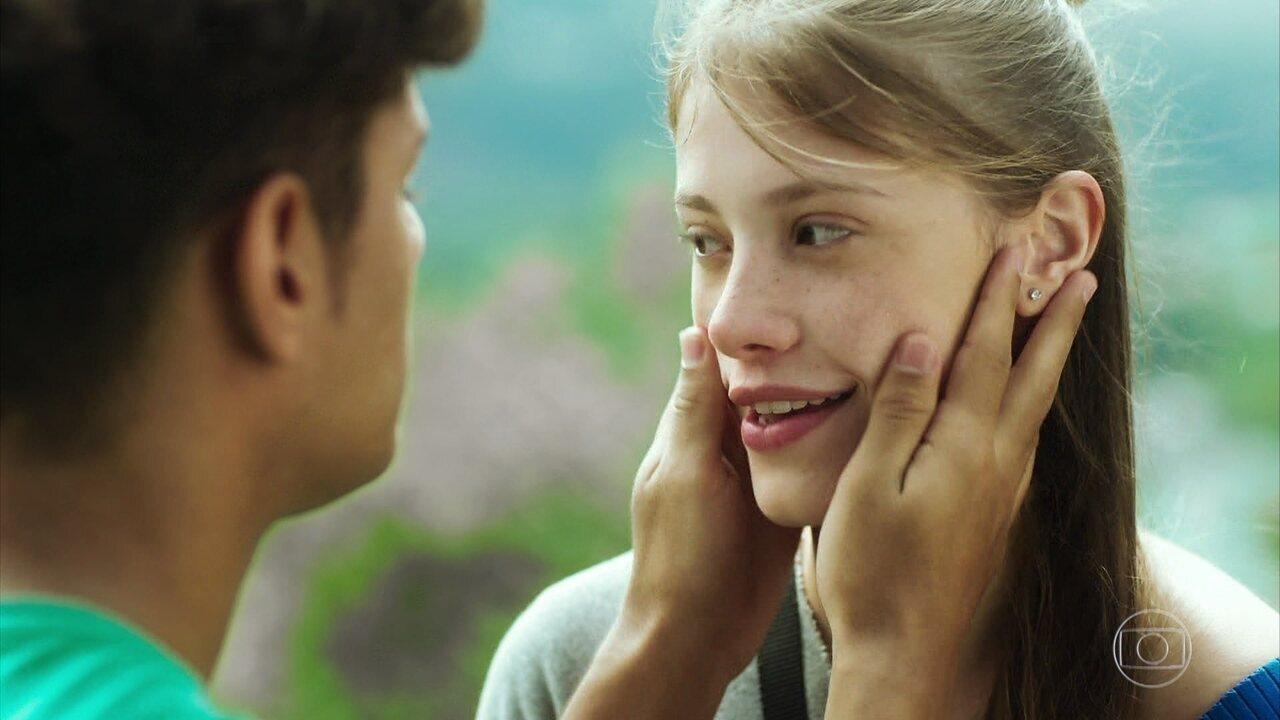 Reveja cena do beijo entre Anjinha (Caroline Dallarosa) e Cleber (Gabriel Santana) em 'Malhação - Toda Forma de Amar'
