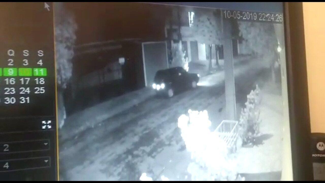 Vídeo mostra suspeito escalando poste para entrar no imóvel onde jovem foi morta