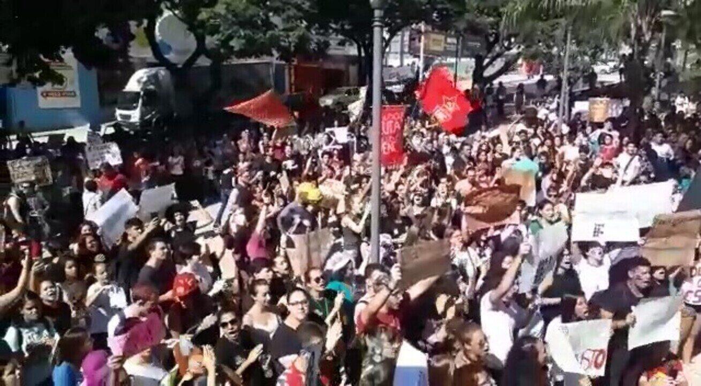 Protesto contra o bloqueio de verbas na educação anunciado pelo MEC é realizado em Uberaba