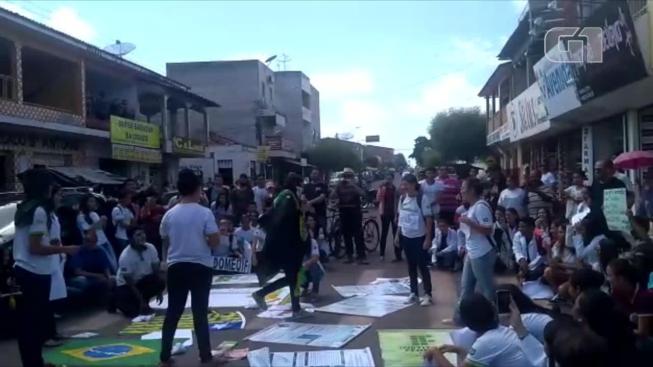 Estudantes fazem manifestação contra bloqueio de recursos em Cocal